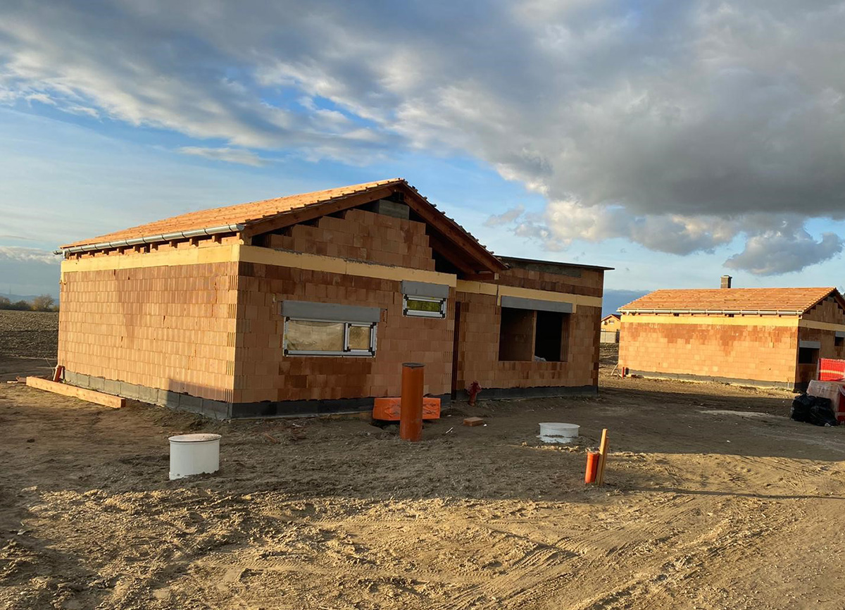 5-izbový rodinný dom v Zálesí - stavba so strechou