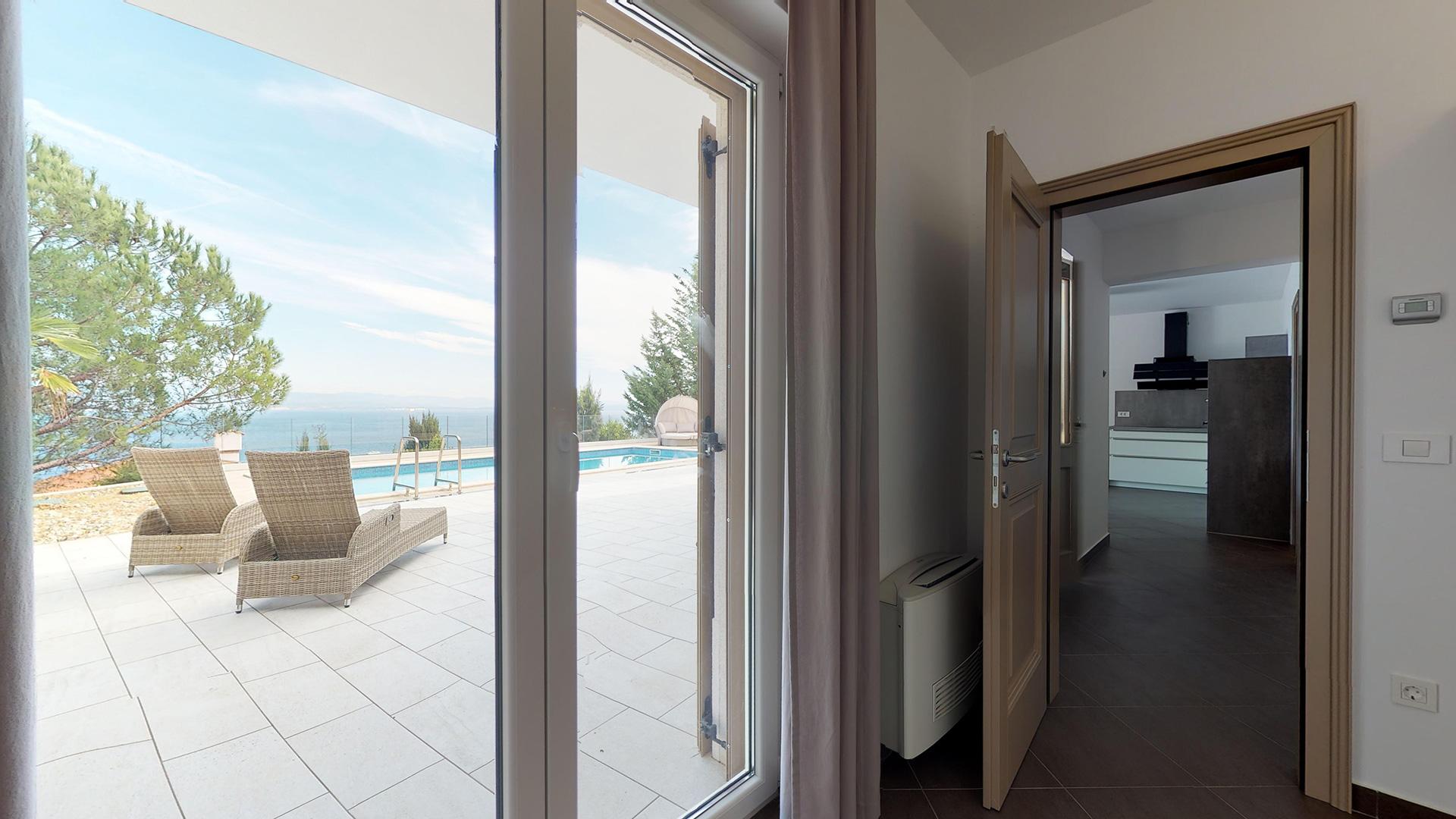 samostatný apartmán pod vilou pri bazéne a saune